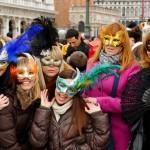 Maskirane devojke na karnevalu