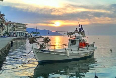 Usidren ribarski brodić u luci