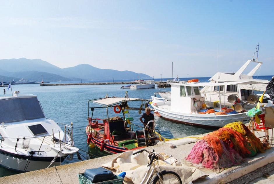 Stara luka u Limenasu- ribari spremaju mreže