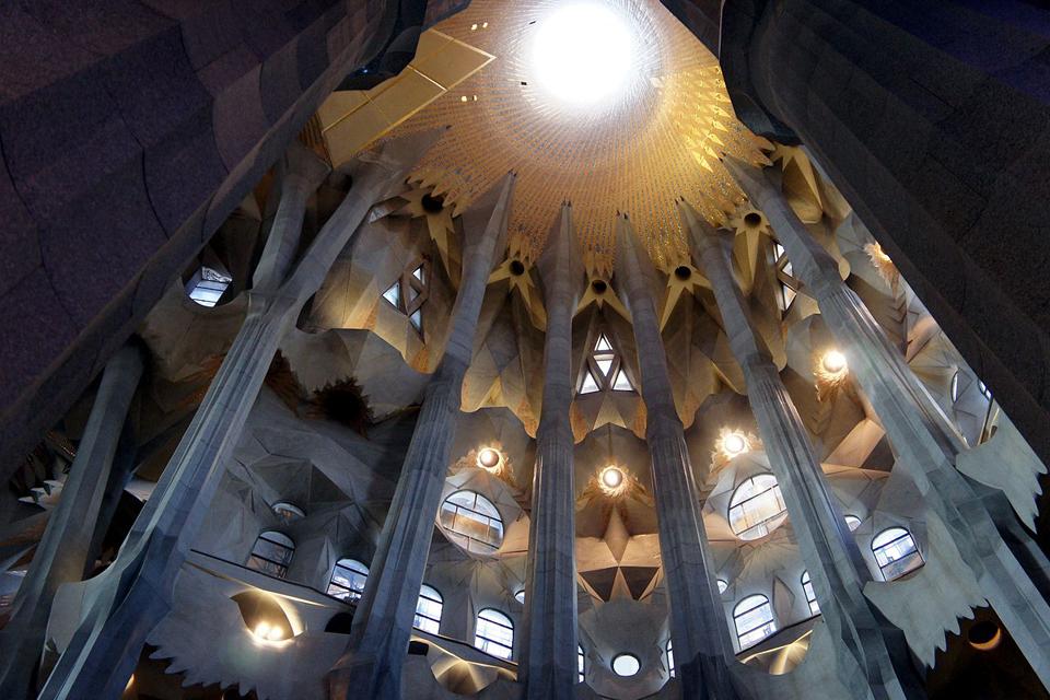 Sagrada Familia unutrašnjost crkve - stubovi koju pridržavaju glavnu kupolu