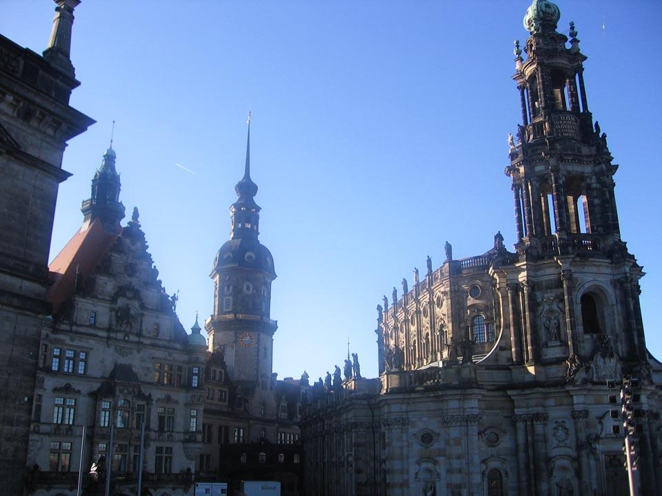 Sa desne strane se nalazi katedrala Svete Trojice