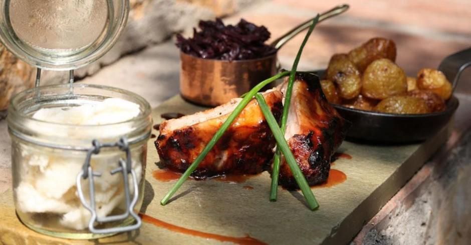 Glazirana svinjska rebra,servirana sa crvenim kupusom,mladim krompiricima i sladoledom od rena