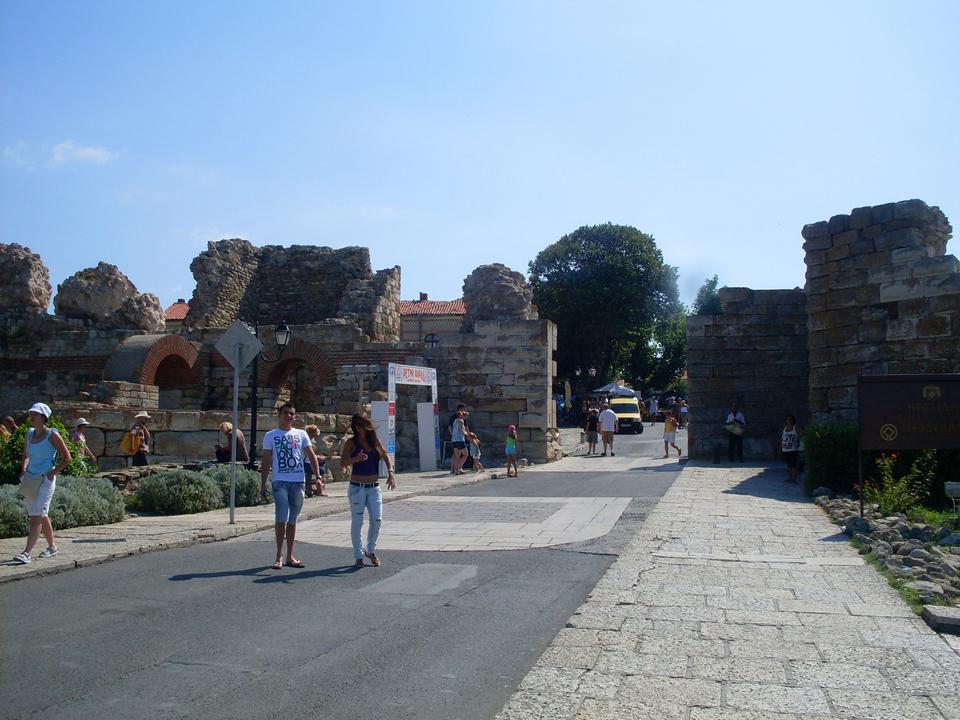 Ulaz u Stari Nesebar sa delovima zidova
