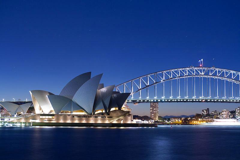 Opera u Sidneju pogled sa reke